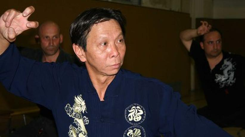 Vertragsarbeiter in der DDR: Hoang Quang trainiert seine Kung-Fu-Schüler drei Mal die Woche in einer Schulturnhalle