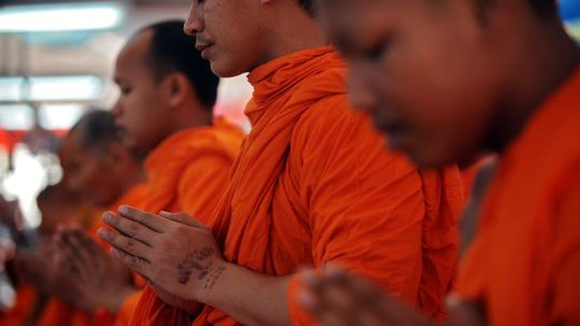 Buddhistische Mönche gedenken den Tsunami-Opfern im Jahr 2004