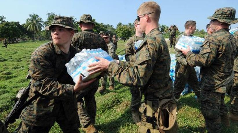 US-Marines beladen im haitianischen Leogane einen Lastwagen mit Wasser. 4000 weitere Soldaten sollen sie unterstützen
