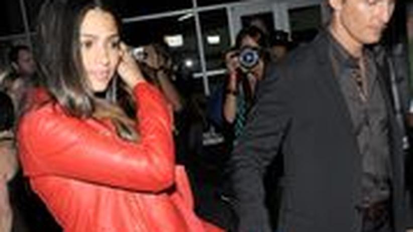 Gesellschaftskritik: Wollen, dass wir uns über ihr Baby freuen, aber nicht zu sehr: Matthew McConaughey und seine Frau Camila Alves