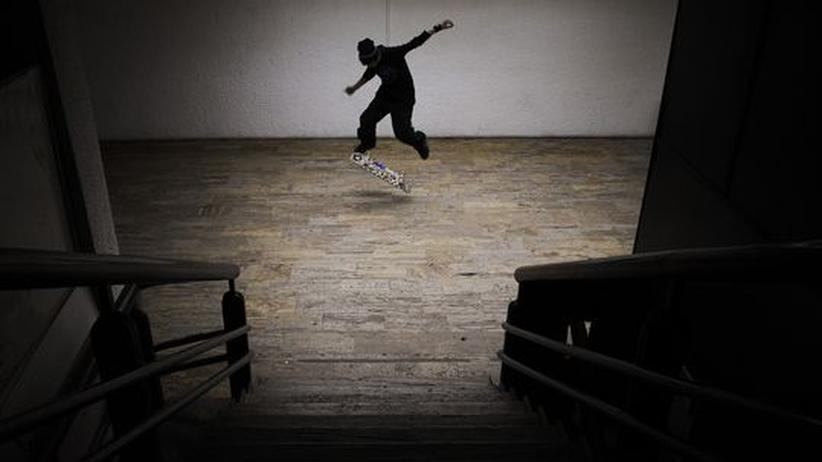 Ein Jugendlicher aus dem Kosovo auf dem Skateboard: Die Mehrheit der 400.000 Südosteuropäer in der Schweiz lebt im medialen Dunkel
