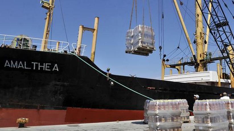 """Hilfe für Gaza: Speiseöl-Kanister werden im griechischen Lavrio an Bord der """"Amalthea"""" gebracht"""