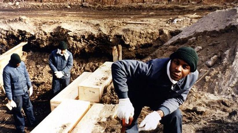 Strafgefangene auf Hart Island heben die Gräber aus