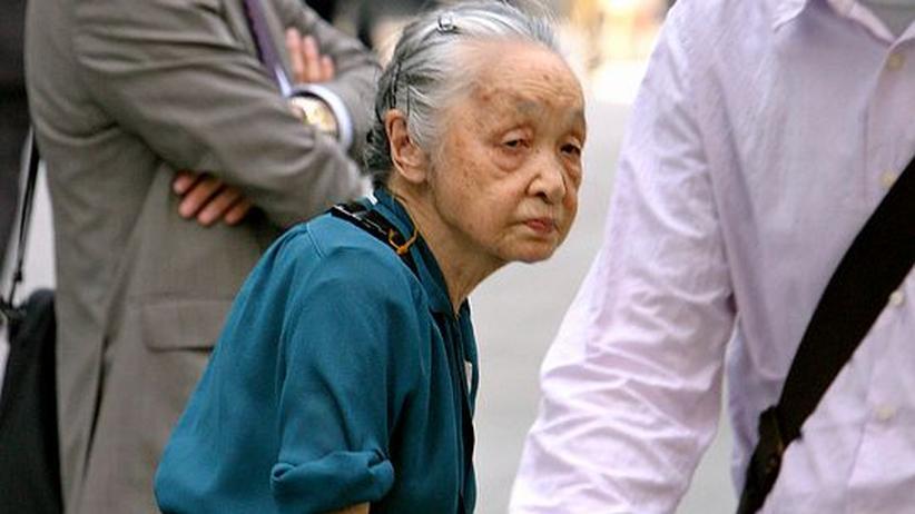 Schummeln beim Alter? Eine Seniorin in Tokio