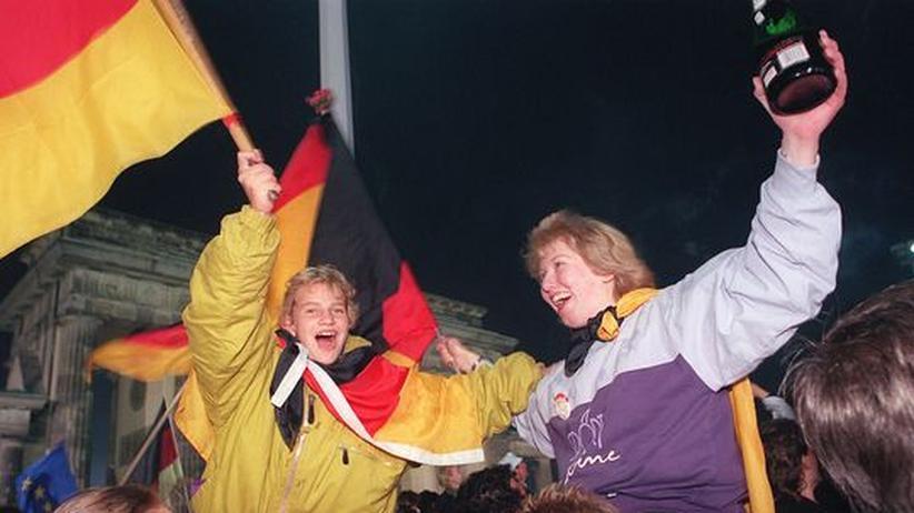 3. Oktober 1990: am Brandenburger Tor: Berliner jugendliche feiern die Wiedervereinigung Deutschlands
