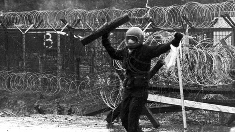 """Aus Brokdorf berichtete Holzach ueber die Demonstrationen gegen das Atomkraftwerk: """"Bürger oder Chaoten"""", 1977"""