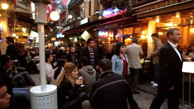 Jugendliche in einer Bar in Istanbul, Tuerkei