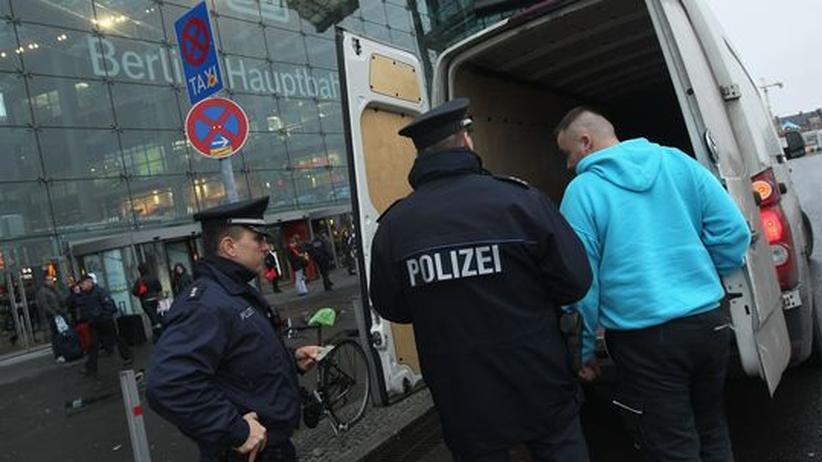 Anschlagsgefahr: Polizeikontrolle am Berliner Hauptbahnhof