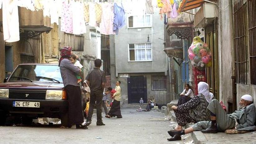 Einwohner plaudern auf der Strasse in ihrem Stadtteil Tarlabasi, im Zentrum Istanbuls