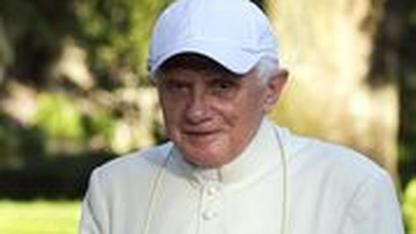 Papst Benedict XVI spaziert durch den Garten seiner Sommerresidenz in Castel Gandolfo, nahe Rom, Italien