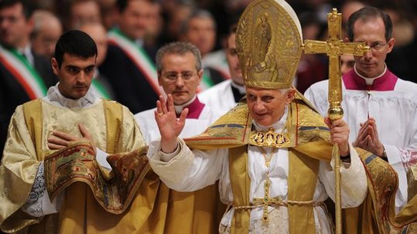 Papst Benedikt XVI. nach einer Zeremonie im Petersdom, wo er am Samstag 24 Kardinäle benannte