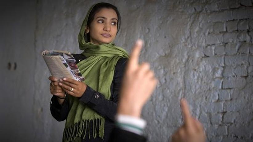 Schulen in Afghanistan: Eine Lehrerin in der Nasoana Schule in Kabul. Über 3500 Schüler werden hier unterrichtet