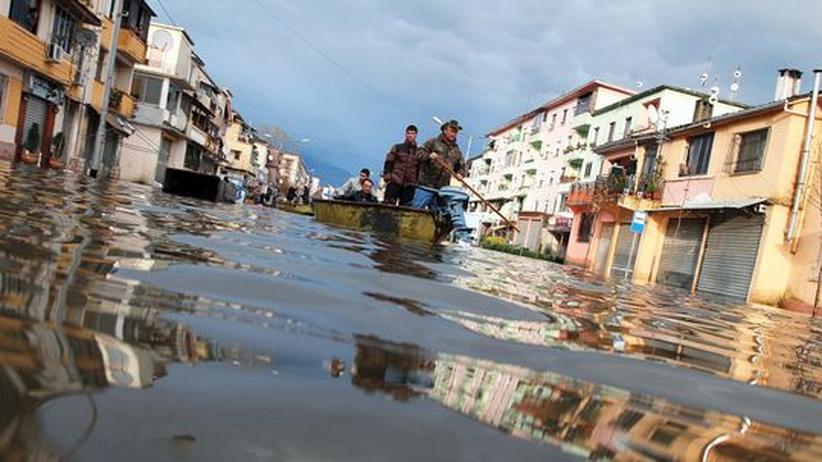 Albanien: Mehr als 12.000 Menschen fliehen vor Wassermassen
