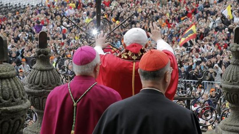 Papst segnet Gläubige in Santiago de Compostela - In Berlin hat man Angst, dass zu wenige Katholiken zu seinem Deutschlandbesuch kommen