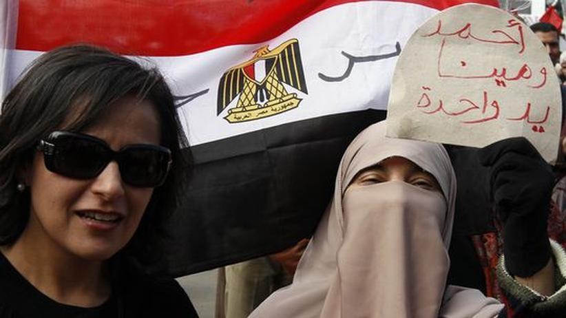 Eine Christin und eine Muslimin auf dem Tahrir-Platz in Kairo