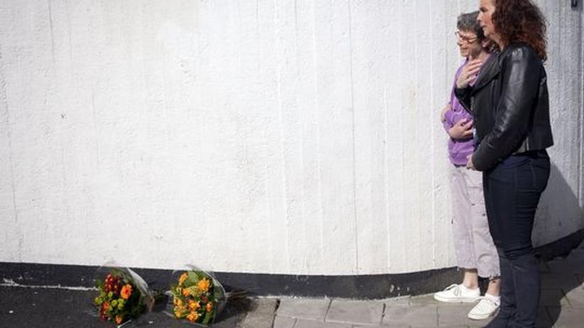 Kriminalität: Zwei Frauen trauern nach dem Amoklauf in Alphen aan den Rijn, Niederlande