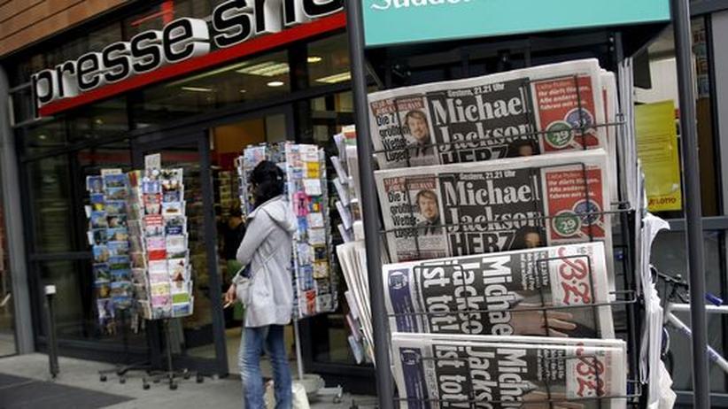 """Medien & Prominente: Ausgaben der """"Bild"""" und der """"BZ"""" an einem Zeitungsstand in Berlin (Archivbild)"""