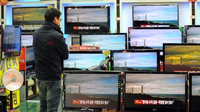 Katastrophen in den Medien: Ein Mann in Südkorea betrachtet die TV-Bilder der Atomkatastrophe in Fukushima.