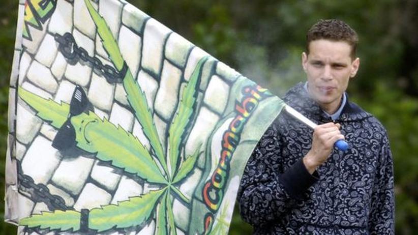 Drogen-Tourismus: Ein junger Mann bei einer Demonstration in Prag, in der die Legalisierung von Cannabis gefordert wurde (Archivbild).