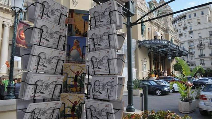 Monaco: Ein Souvenirstand in Monaco bietet Ansichtskarten von Fürst Albert II und Charlene Wittstock an.