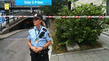 Eine Polizistin steht vor dem gesperrten Bahnhof in Oslo