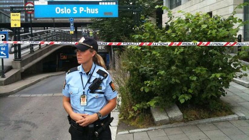 Attentate: Eine Polizistin steht vor dem gesperrten Bahnhof in Oslo