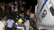 In China versuchen Feuerwehrleute Verletzte aus dem verunglückten Zug zu bergen.