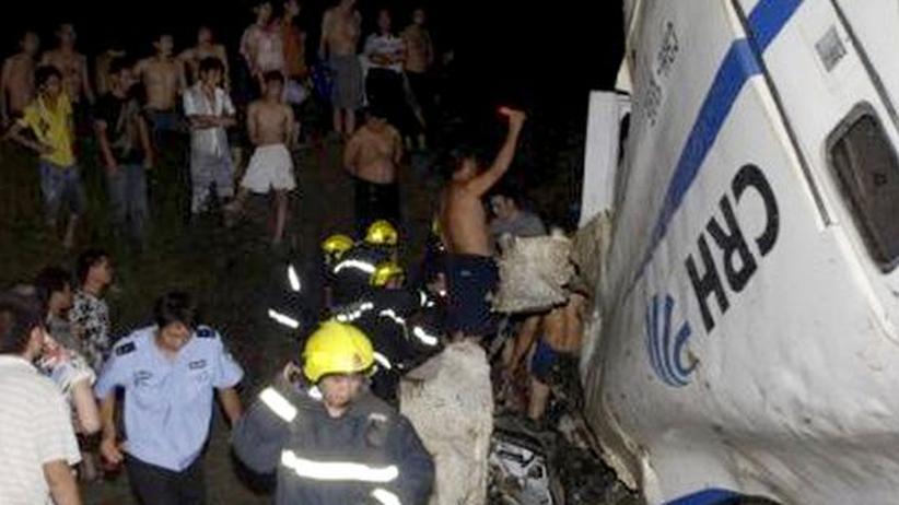 Zugunglück: Chinesischer Schnellzug entgleist auf Brücke