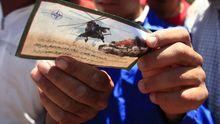 Libysche Rebellen halten ein Flugblatt der Nato, das vor Angriffen mit Hubschraubern warnt. Das Militärbündnis warf die Blätter über einem Gebiet ab, das die Rebellen kurze Zeit später einnahmen.