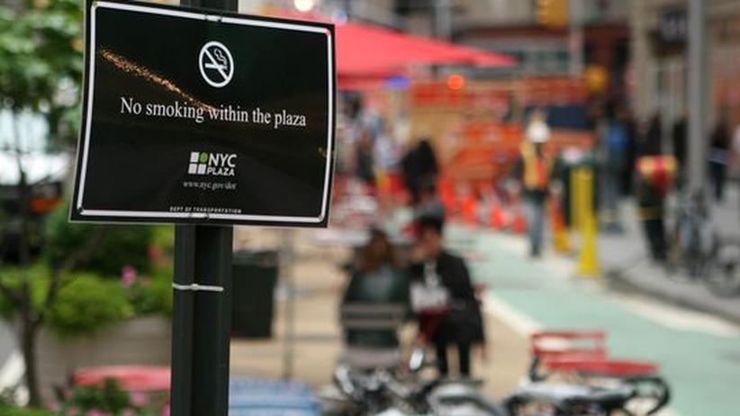 New York City: Ein Rauchverbotsschild auf dem Times Square in New York