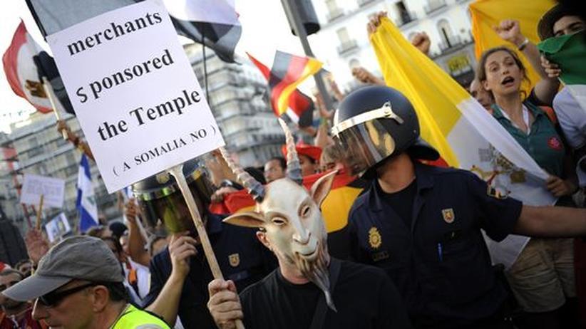 Papstbesuch: Polizisten trennen katholische Pilger und Demonstranten gegen den Papstbesuch in Madrid