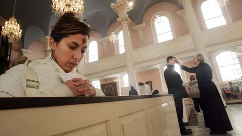 New York: Eine Frau betet in der St. Paul's Chapel in New York City