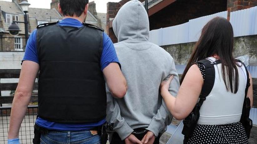Jugendgewalt in England: Vier Jahre Haft für Krawall-Aufruf bei Facebook