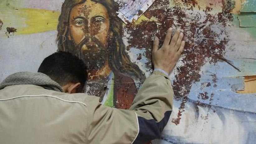 Ägypten: Ein Christ betet vor einer koptischen Kirche in Alexandria.