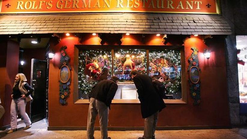 """New York: Besucher stehen in New York vor """"Rolf's Restaurant"""" (Archivbild)"""