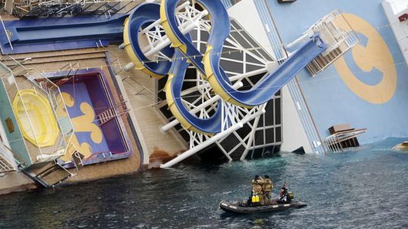 """Rutsche und Pool der """"Costa Concordia"""" in Schieflage"""