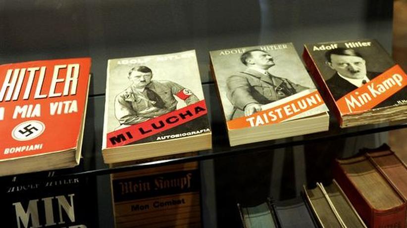 """Projekt Zeitungszeugen: Verschiedene Überestzungen von Hitlers """"Mein Kampf"""" im Deutschen Historischen Museum Berlin"""