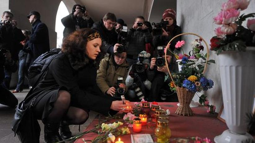 Menschen gedenken den Opfern des Metro-Anschlag in Minsk im Frühjahr 2011.