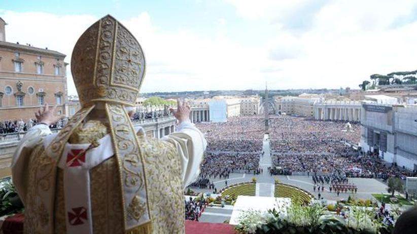 Christentum: Papst Benedikt XVI. bei der Osteransprache auf dem Petersplatz in Rom