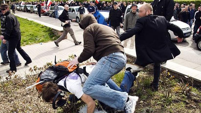 Lokaljournalisten: Ein Medienvertreter wird während einer NPD-Demonstration von Rechtsextremisten angegriffen (Archivbild, 1.5.2008, Hamburg)