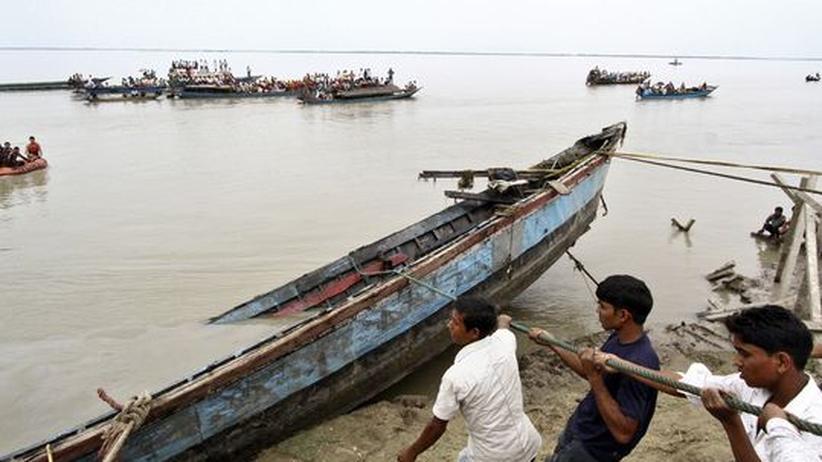 Fährunglück in Indien: Rettungskräfte suchen nach mehr als 150 Vermissten