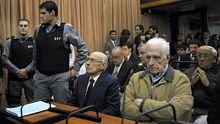 Argentiniens ehemalige Diktatoren Jorge Rafael Videla (Mitte) und Reynaldo Bignone (Zweiter von rechts) vor Gericht