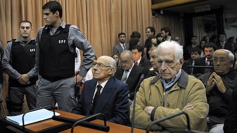 Argentinien: Ex-Diktatoren Videla und Bignone wegen Babyraubes verurteilt