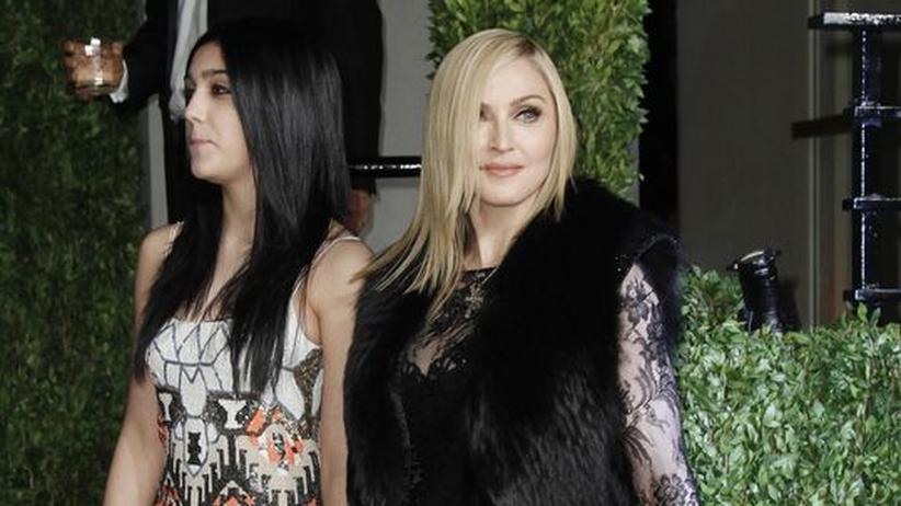 Gesellschaftskritik: Die Blicke gehen auseinander: Madonna und ihre Tochter Lourdes bei einer Party 2011