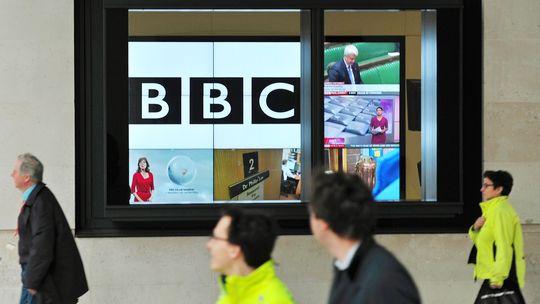 Ein Fernsehschirm mit dem BBC-Logo hängt vor der Zentrale des britischen Senders in London.