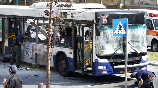 Israelische Polizisten untersuchen den Bus nach der Explosion in Tel Aviv.