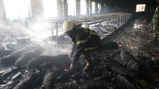 Feuerwehrmann in der ausgebrannten Textilfabrik in Savar (Bangladesch)