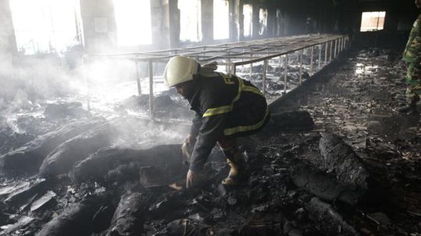 Bangladesch: Mehr als 100 Tote bei Feuer in Textilfabrik