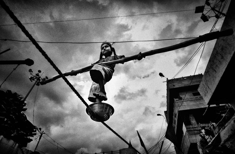 Kartenverkäufer, Kameltreiber, Bittsteller oder Seiltänz: In Indien müssen sich viele Kinder mit Gelegenheitsarbeiten über Wasser halten. Das zeigt die Langzeitstudie des indischen Fotografen und zweitplatzierten Abhijit Nandi.
