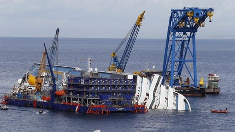 """Kreuzfahrtschiff: """"Costa""""-Wrack bleibt noch monatelang im Meer"""